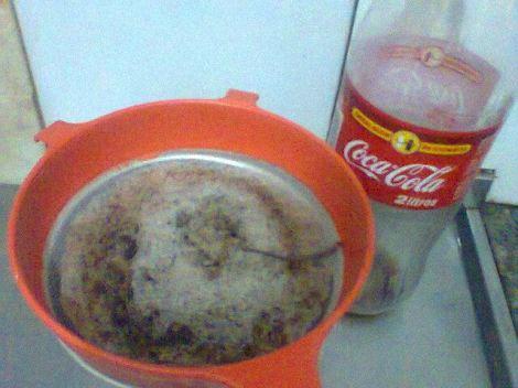 %Fala Simões Filho Rabo de um rato é encontrado dentro de garrafa de coca cola em Camaçari